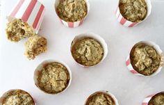 Gulerod/æblemuffins (12 mdr.+) Ca. 8 stk. Du skal bruge: 2 æg 1 spsk honning 1 dl kokosolie 1 dl havregryn 1 dl rugmel Kornene fra 1 vaniljestang 1 tsk kanel 1 stor revet gulerod 1 revet æble 1 tsk bagepulver Sådan gør du: Bland havregryn, kokosolie, mel, kanel, bagepulver og vanilje i en skål. Skræl …