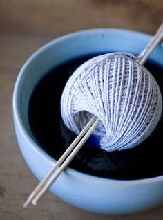 DIY Ombre String very cool Who knew and ALLL these people charging enormous amount of money for died yarn! Hello Cha CHing for me! - DIY: ombre string 3 ways Yarn Projects, Knitting Projects, Crochet Projects, Knitting Patterns, Crochet Patterns, Diy Ombre, Ombre Yarn, Shibori, Ideias Diy