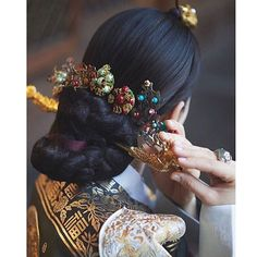 Traditional Korean accessories shared by Kim Traditional Hairstyle, Korean Traditional Dress, Traditional Fashion, Traditional Dresses, Korean Dress, Korean Outfits, Hijabs, Korean Accessories, Modern Hanbok