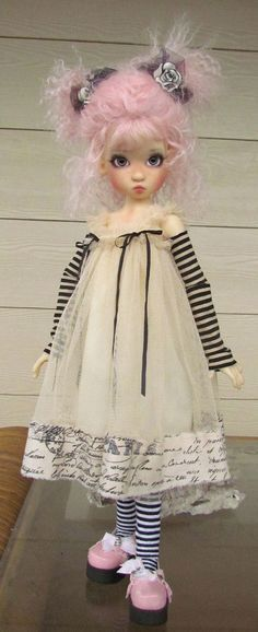 A beautiful doll with the perfect outfit. Don't know how I got to this Pin, but this is one of the most beautiful dolls I think I've ever seen! Clay Dolls, Blythe Dolls, Doll Toys, Dolls Dolls, Pretty Dolls, Beautiful Dolls, Paperclay, Doll Maker, Diy Doll