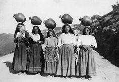 Ragazze :Portatrici d'acqua ..durante il tragitto  con le brocche in testa, riuscivano anche a filare la lana e/o il lino . Ragazze di Sardegna #Sardinia-Cerdeña.