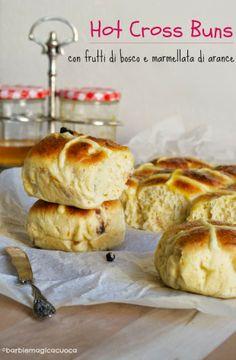 Hot cross buns con frutti di bosco e marmellata di arance - panini dolci pasquali