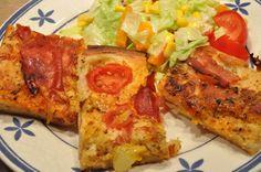 Deep-pan pizza med bacon, serranoskinke og peberfrugtpesto - Noget i ovnen hos Bagenørden