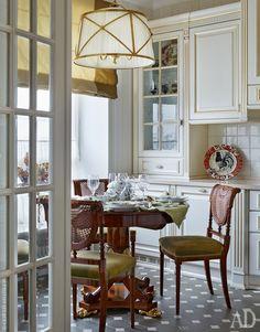 В 130-метровой квартире большая, очень светлая кухня, во многом благодаря ей здесь складывается полное ощущение жизни за городом. И только вид с Останкинской башней за окном возвращает в Москву.