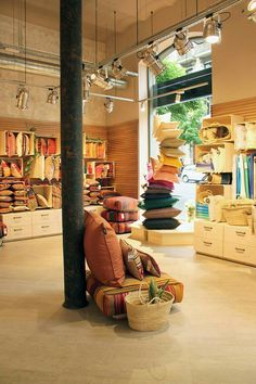 Storing blankets, curtain shop, display design, store design, home storage Decoration Design, Display Design, Store Design, Storing Blankets, Curtain Shop, Shop Window Displays, Display Window, Healthy Living Magazine, Shop Plans