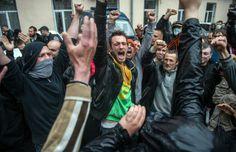Quelque 2000 militants prorusses ont attaqué dimanche le siège de la police à Odessa, ville portuaire du sud de l'Ukraine.