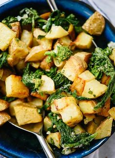 Lemony Roasted Potatoes and Broccoli Rabe This delicious side dish features golden roasted potatoes and tender broccoli rabe with Parmesan cheese, tossed in a zippy lemon dressing! Vegetarian Breakfast Recipes, Healthy Recipes, Veggie Recipes, Healthy Eats, Going Vegetarian, Veggie Meals, Vegetarian Meals, Side Dish Recipes, Side Dishes