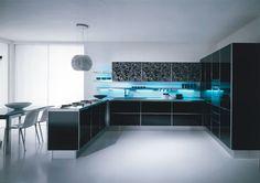 Es una cocina muy moderna y totalmente amueblada. hay una  estufa, un horno, una lámpara, una mesa y varias sillas, una nevera, dos ventanas,  .Es una habitación muy brillante y muy grande. Aquì podemos hacer grandes cenas y comer con nos amigos