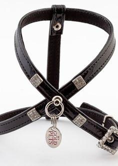 Arnés para perro Elegance Dream Negro Rojo http://petitmascota.com/arneses-para-perros-/622-arnes-para-perro-elegance-dream-negro-rojo.html El  sueño de una noche de lujo. Charol antiguo brillante. Apliques cuadrados en mini cristal blanco. Hebilla cuadrada en cristal a juego #arnesesparaperros #pets #mascotas #dogs #perros