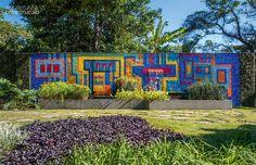 """Jardim no Rio é uma verdadeira lembrança de Burle Marx """"O traço do grande paisagista brasileiro, falecido há 20 anos, brota nos projetos de seu sócio, Haruyoshi Ono. À frente do escritório deixado pelo mestre, ele continua semeando jardins como este."""""""
