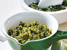 Bärlauch-Pesto - Ohne einen leckeren Dip schmecken Baguette, Knabbergemüse oder Ofenkartoffeln recht fad. Probieren Sie doch mal ein Brälauch-Pesto aus.