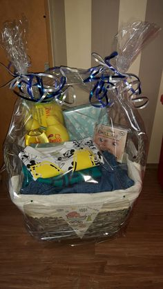 Kraamcadeau voor een jongetje. Onderop gevuld met luiers en daarop verschillende cadeautjes zoals kleertjes, hydrofiel luiers, spaarpot etc.