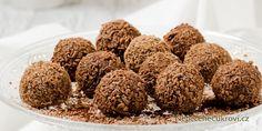 Nudí vás Ferrero Rocher kuličky z obchodu a chcete změnu? Udělejte si domácí Ferrero kuličky! Jedná se o velmi snadný recept a výsledek je opravdu vynikající. Připravte si doma toto nepečené vánoční cukroví. Sweet Recipes, Dog Food Recipes, Fererro, Christmas Sweets, Holiday Cookies, Food Hacks, Nutella, Sweet Tooth, Deserts