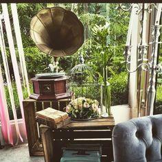Petit coin photobooth réalisé par D DAY DECO. Phonographe, cagette, cage à oiseau, chandelier en location chez D DAY DECO.