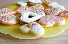 Mai jos aveti ingredientele pentru biscuiti iar in ceea ce priveste glazura, treaba e foarte simpla: 200g zahar pudra vanilat, la care adaug...