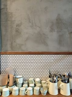 Can't decide on a feature wall treatment in your kitchen? Perhaps you need more than one! This cool feature wall combines concrete render, timber panel and mini hexagon tiles <3