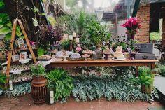 Mesa de doces estilo rústico, com plantas, escada, naked cake e flores. Perfeita para casamento no campo ou na praia. Foto: Master Vídeo e Produções