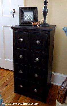 Perfect! This small DIY apothecary cabinet would be prefect as end table, night stand or for storage in the bathroom. Plus the plans are easy to follow. Putting this project my to do list! #diyprojects #diyideas #diyinspiration #diycrafts #diytutorial