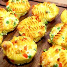 Nemme og lækre pastamuffins, der er bagt pasta, som bages i muffinsforme. Den bagte pasta fyldes også med forskellige grøntsager. Foto: Madensverden.dk.