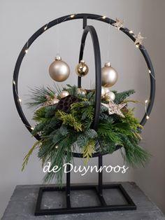 Christmas Balls, Christmas Art, Winter Christmas, Christmas Wreaths, Indoor Christmas Decorations, Christmas Arrangements, Table Decorations, Contemporary Christmas Trees, Christmas Tree Accessories