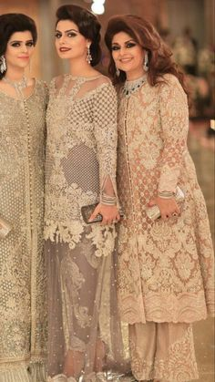 Bakhtawar Zeest Rushna & Komal Shahzad alle in Faraz Manan Couture im . Walima Dress, Pakistani Formal Dresses, Pakistani Wedding Outfits, Pakistani Dress Design, Indian Dresses, Pakistani Party Wear, Trajes Pakistani, Indian Bridal Lehenga, Pakistan Fashion