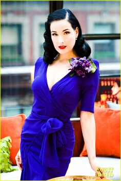 Dita Von Teese, I've seen a lot of great pictures of Miss. Dita but this is definitely the most beautiful one. The colors are just striking and she looks lovely. Vintage Dior, Mode Vintage, Vintage Fashion, Retro Vintage, Vintage Waves, Vintage Woman, Retro Waves, Glamour Hollywoodien, Old Hollywood Glamour