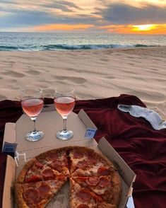 pizza picnic at the beach Summer Aesthetic, Aesthetic Food, Dream Dates, Cute Date Ideas, 31 Ideas, Decor Ideas, Perfect Date, Summer Bucket, Summer Picnic