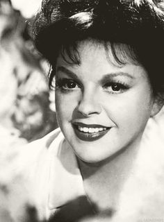 Happy birthday to the immortal, incomparable Judy Garland! She'll always be the top, at least to me. Thanks for the memories! Old Hollywood Glamour, Golden Age Of Hollywood, Vintage Hollywood, Classic Hollywood, Divas, Judy Garland Liza Minnelli, Harvey Girls, Shirley Jones, Classic Movie Stars