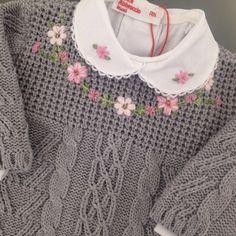 Macacão de tricot cinza com body gola bordada coordenando na Maison Baby