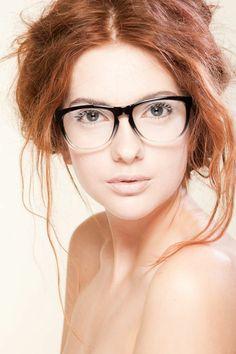lunettes de vue femme qui créent un joli contraste avec une peau matte