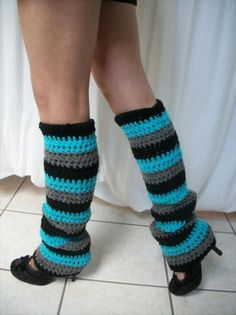 So enjoy these 72 amazing crochet leg warmers that are Immense easy to be made at home. Not only for the family the leg warmer pair can be a great giftin Crochet Boot Cuffs, Crochet Leg Warmers, Crochet Boots, Crochet Gloves, Crochet Purses, Crochet Slippers, Guêtres Au Crochet, Crochet Kids Hats, Hand Crochet
