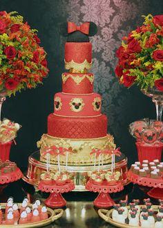 Quando a mamãe Agnieska nos procurou, ela me disse: Michelle, quero uma festa Minnie diferente!!! Então, elaboramos um Projeto bem ousado e arrojado, para a comemoração dos 3 anos da linda Helena. Escolhemos uma paleta de cores com preto e vermelho, onde trocamos o amarelo pelo dourado! O resultado dessa linda decoração, você confere nas fotos abaixo!!!