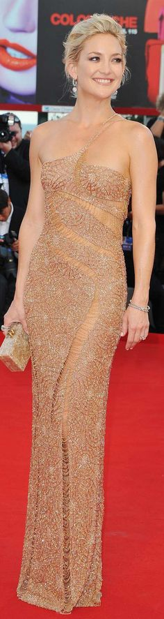 """"""" Red Carpet look of the day: Kate Hudson wearing an Atelier Versace dress at the Venice Film Festival. Kate Hudson, Celebrity Red Carpet, Celebrity Style, Celebrity News, Carolina Herrera, Trendy Dresses, Nice Dresses, Glamorous Dresses, Venice Film Festival"""