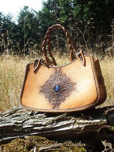 Made this leather handbag with a blue 'eye' of special Italian silverglass! <3 All handmade, handtooled and of course my own design by Jeweleeches Vivian Hebing! Do you want to see more of my work, you can find me on Facebook, Youtube or Etsy too! On Youtube you can see my tutorial video's!