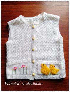 sarı yünlerden civciv figürleri ile süslenmiş, beyaz renkte bebek yeleği modeli ile ilham verici bebek örgüleri, tığ işi, amigurumi ve örgü modelleri 10marifet.org'da