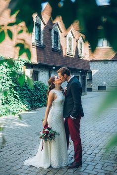 wedding in Burgundy color, the bride and groom kissing