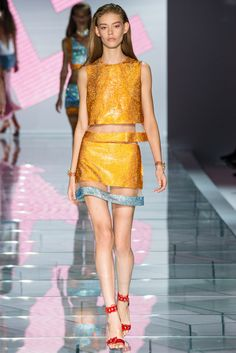 Italian fashion house Versace presented their new spring/summer 2015 collection at Milan fashion week spring Donatella Versace delivered very fresh, Fashion Week, Runway Fashion, Spring Fashion, Fashion Show, Fashion Design, Milan Fashion, High Fashion, Fashion Ideas, Fashion Inspiration