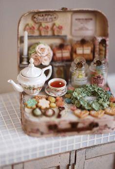 nunu's house: mini bakery in a suitcase. Miniature Crafts, Miniature Food, Miniature Dolls, Clay Miniatures, Dollhouse Miniatures, Mini Doll House, Altered Tins, Altoids Tins, Tiny Food