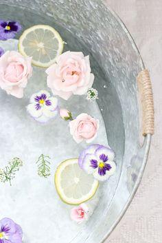 flower bath ideas Flower Power, Bath Photography, Pedicure At Home, Ritual Bath, Beauty Spa, Beauty Salons, Flower Aesthetic, Rose Petals, Beautiful World