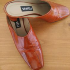 Great condition small heel Brown Vaneli shoes These are in great condition still. Lots of life left in them. I love that they almost look like wood. Very stylish for a day at the office with a suit or whatever you'd like. These are 8 1/2 wide Vaneli Shoes