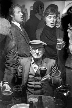 David Hurn  G.B. WALES. Sennybridge. A 'sing song' in a local pub in the village. The tradition of public singing springs from the fact that many of the community are or were members of choirs. 1973.
