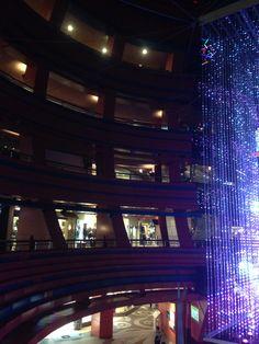 커널시티 구경중 오른쪽에 짤렸지만 크리스마스 트리임.. 실제 나무에 전등을 한게 아니고 전등이 트리를 형상화 함..