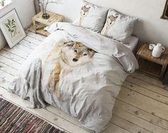 Het dekbedovertrek 'Snow Wolf' van Sleeptime is voorzien van een prachtige panelprint van een grote wolf in de sneeuw. De achtergrond van het dekbedovertrek is wit door de sneeuw. De wolf in bruintinten, heeft her en der ook sneeuw over zich verspreid.