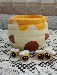 Colméia e abelhinhas em cerâmica.