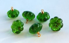 VINTAGE 6 EMERALD GREEN PLASTIC FLUTED PENDANT BEAD BEADS BRASS 14 X 8mm #DANGLE