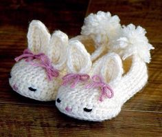 Crochet Diy Hoppy Baby Bunny House Slippers Classic and Year-Round Crochet pattern by Two Girls Patterns Crochet Diy, Bunny Crochet, Crochet Mignon, Crochet Simple, Crochet Baby Booties, Crochet Slippers, Easy Crochet Patterns, Crochet For Kids, Crochet Crafts