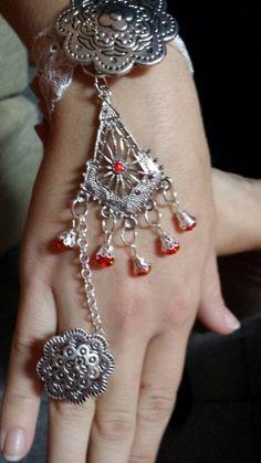 Pulsera con detalles en plata y rojo