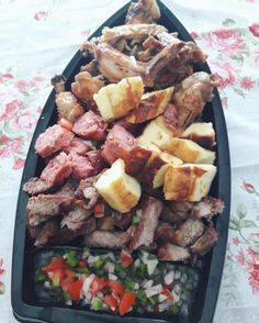 Com queijinho coalho… | O brasileiro cismou de servir todas as comidas do mundo em BARCAS Barbacoa, Meat Chickens, Cheese Platters, Antipasto, Tapas, Meal Prep, Food Porn, Food And Drink, Appetizers
