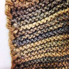 Detalle del remate del poncho tejido con lana LIVING de Mondial