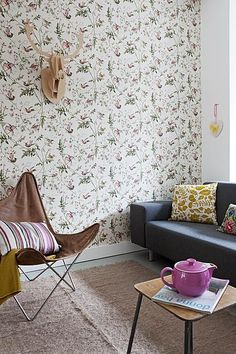 Wallpaper with flowers and wooden deer #living #room